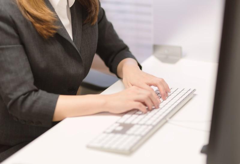 事務職の女性の手とキーボード