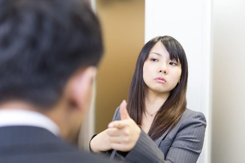 わがままなアルバイトに偉そうな態度でしかる女社員